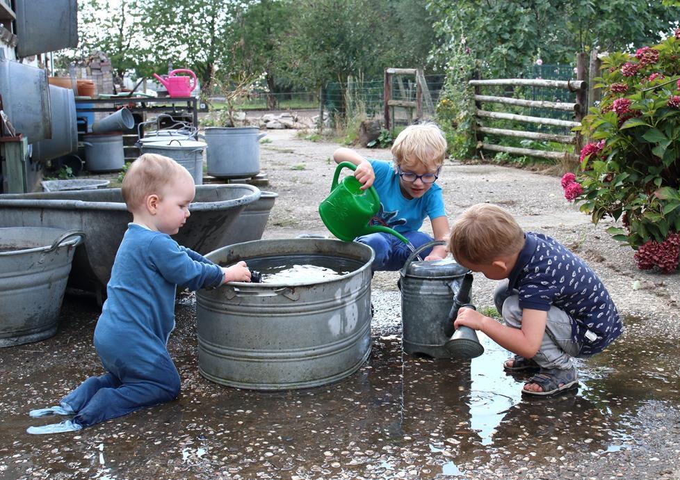 Familiemomenten spelen met water